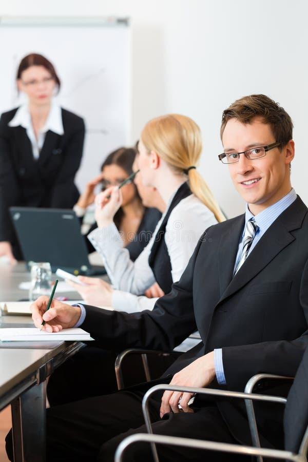 Zaken - businesspeople, het samenkomen en presentatie in bureau royalty-vrije stock foto