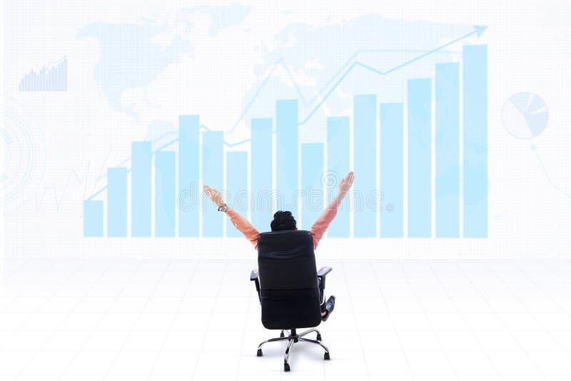 Zaken CEO en winstgrafiek op blauwe wereldkaart royalty-vrije illustratie