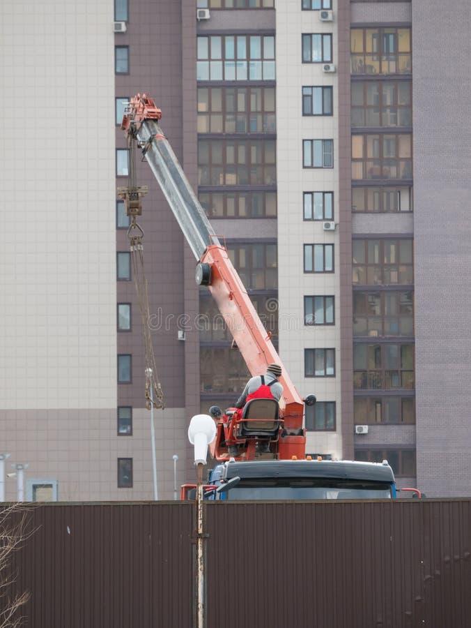 Zaken - de Horizon van de Stad van Nietjes Een kraan die een nieuw gebouw in het centrum van de stad construeren royalty-vrije stock foto