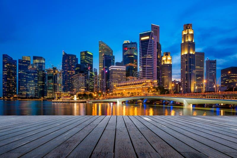 Zaken de stad in en wolkenkrabberstoren in Singapore bij schemering stock fotografie