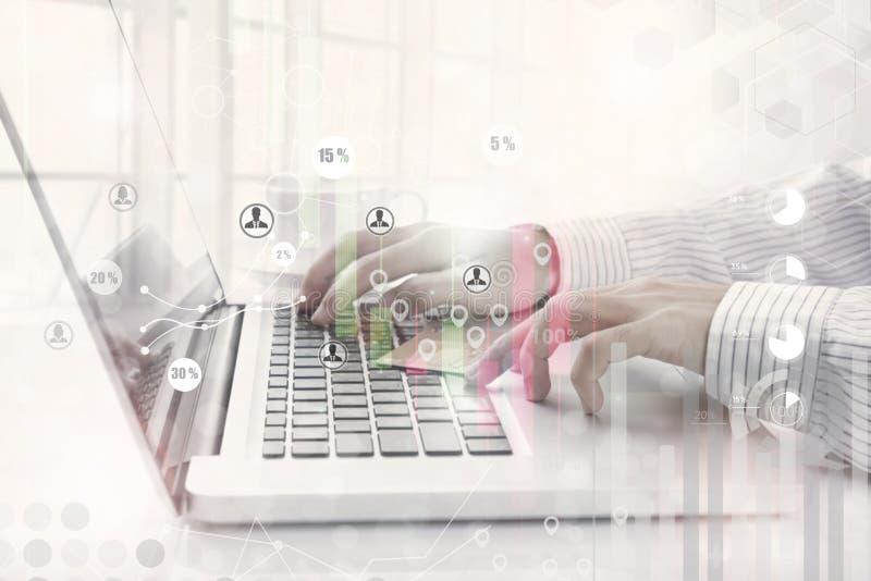 Zaken die aan computer met de gegevenseconomie van het conceptenonderzoek werken stock afbeelding