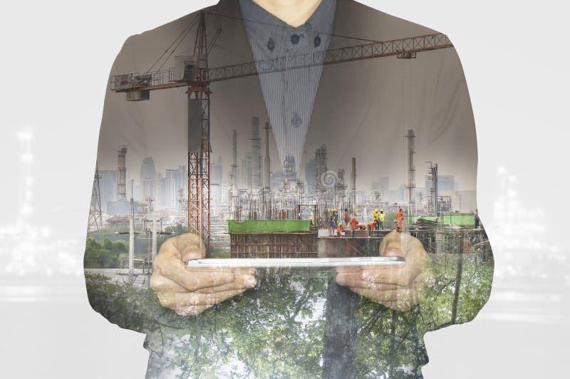 Zaken die aan tablet werkt De groene industrie van de tecnologyfabriek van het aardmilieu aan concept stock fotografie