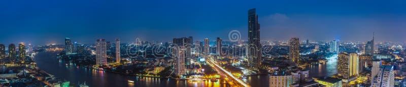 Zaken die de stadsgebied bouwen van Bangkok bij het nachtleven met vervoer stock foto