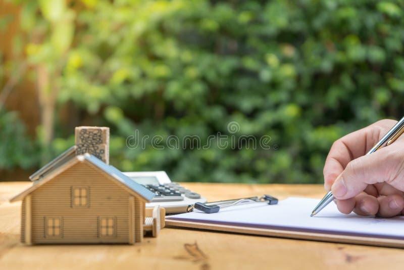 Zaken die een Contract Koop-verkoop huis ondertekenen stock afbeelding