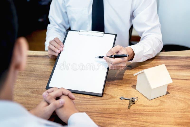 Zaken die een Contract Koop-verkoop huis, verzekeringsagent ondertekenen royalty-vrije stock fotografie