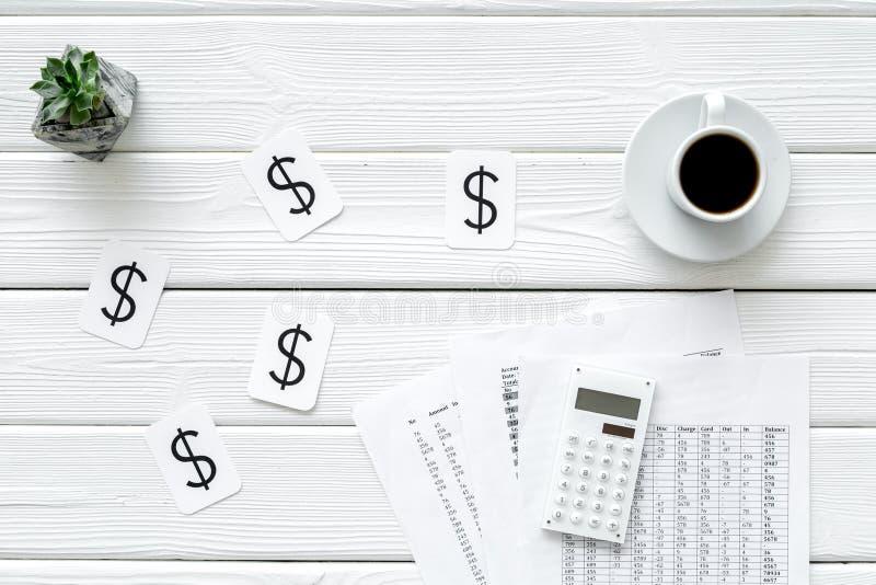 Zaken en accountantsconcept met koffie, begroting, dollarteken en van het calculator witte houten bureau hoogste mening als achte royalty-vrije stock foto