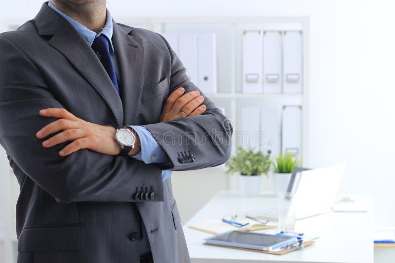 Zaken en bureau, mensenconcept - vriendschappelijke jonge zakenman royalty-vrije stock afbeelding