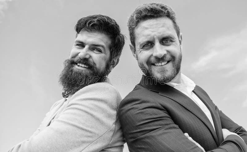 Zaken en collectieve wet Advocaatagentschap Zekere bedrijfswerkgevers Gaan de formele kostuums van de mensenzakenman te steunen a royalty-vrije stock foto