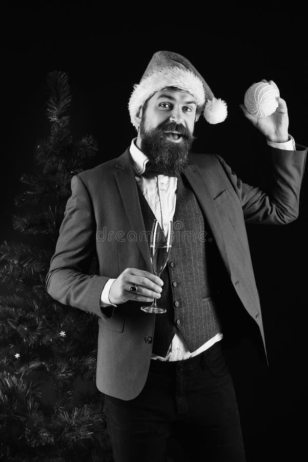 Zaken en decorconcept Mens in kostuum en Kerstmanhoed royalty-vrije stock foto