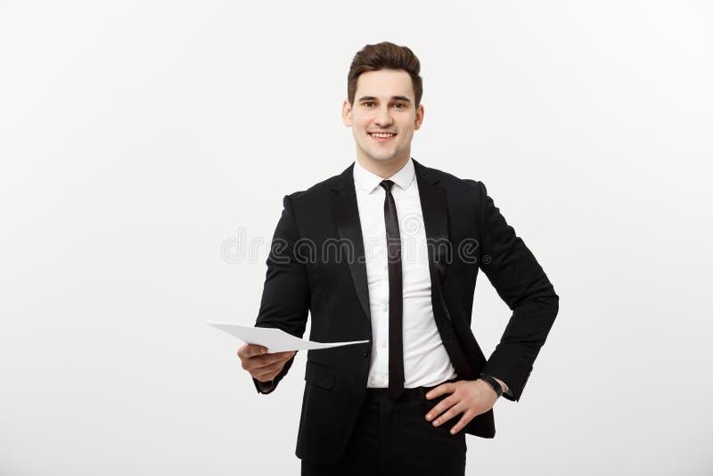 Zaken en Job Concept: De elegante mens in de kostuumholding hervat voor baan het huren in het heldere witte binnenland royalty-vrije stock foto's