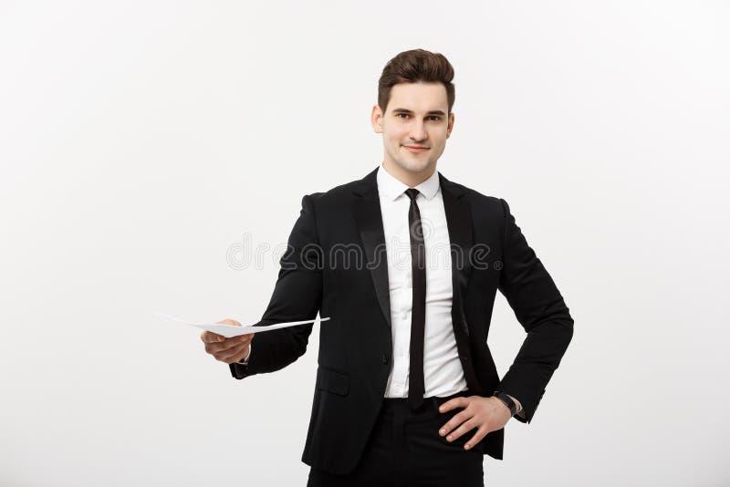 Zaken en Job Concept: De elegante mens in de kostuumholding hervat voor baan het huren in het heldere witte binnenland stock afbeelding