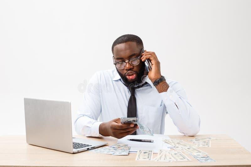 Zaken en succes Knappe succesvolle Afrikaanse Amerikaanse mens die formeel kostuum dragen, die laptop computer voor ver met behul royalty-vrije stock afbeelding
