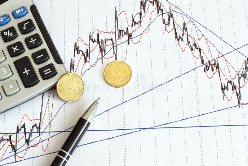 Zaken, financi?n, belasting en mensenconcept - sluit omhoog van vrouwenhanden die euro geld met calculator en belastingsrapportvo royalty-vrije stock foto