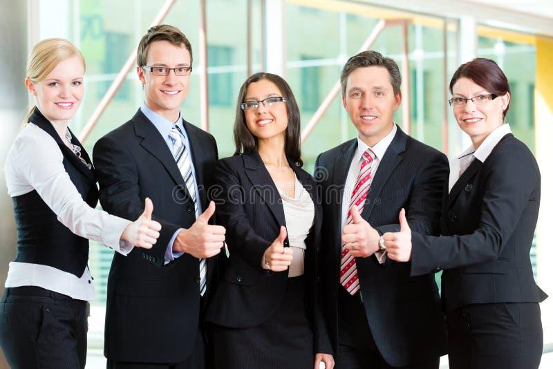 Zaken - groep businesspeople in bureau stock foto