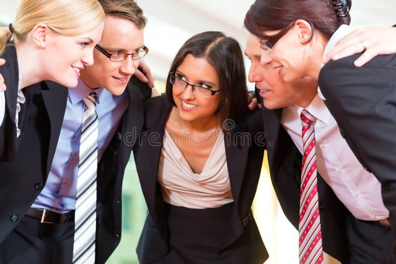 Zaken - groep businesspeople in bureau stock foto's