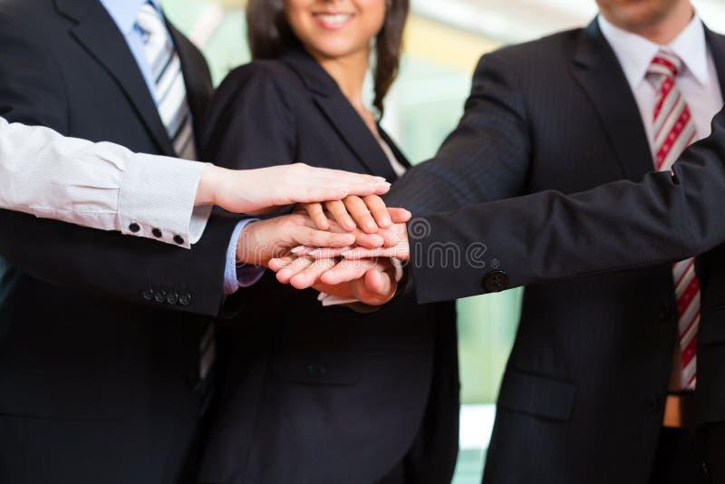 Zaken - groep businesspeople in bureau royalty-vrije stock foto