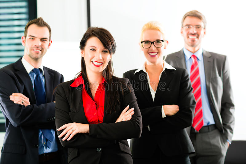 Zaken - groep zakenlui in bureau stock foto's