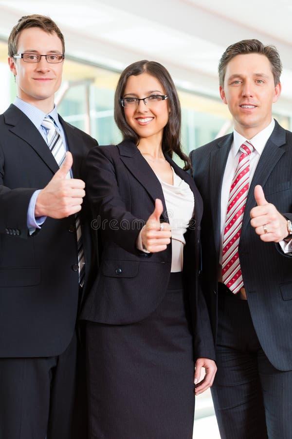 Zaken - groep zakenlui in bureau royalty-vrije stock afbeeldingen