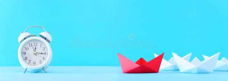 Zaken Het beeld van het leidingsconcept met document boten op blauwe houten achtergrond Één leider die othes leiden stock afbeeldingen