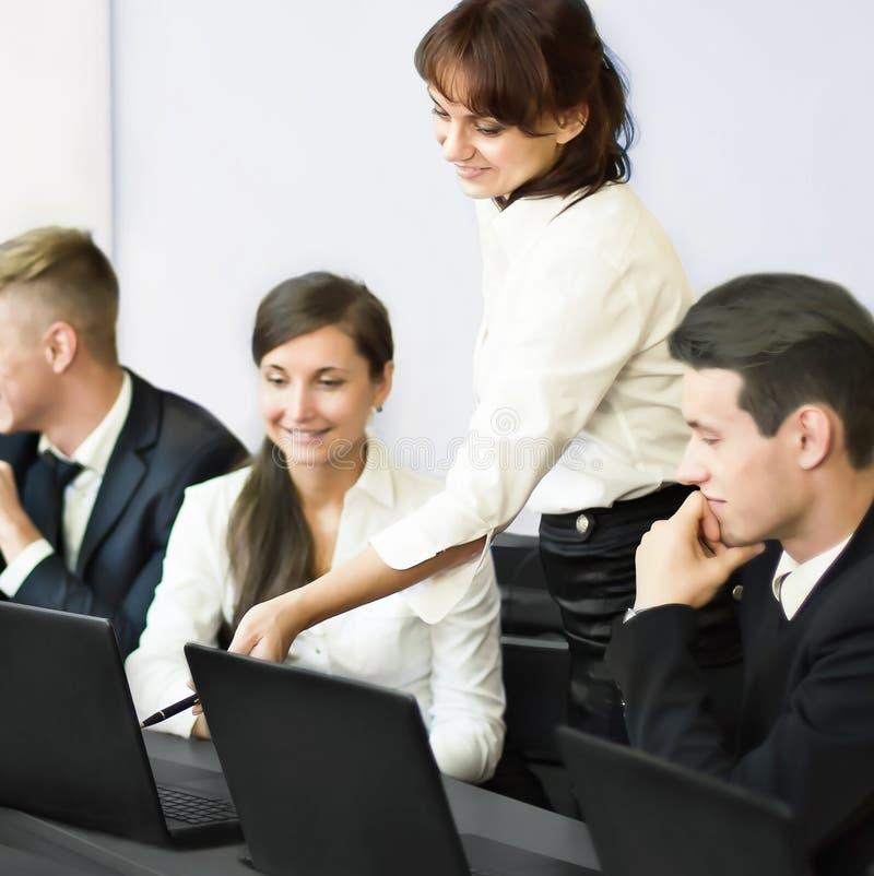 Zaken, het concept van het technologiebureau - glimlachend commercieel team stock foto