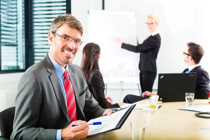 Zaken - het zakenlui heeft teamvergadering royalty-vrije stock foto's
