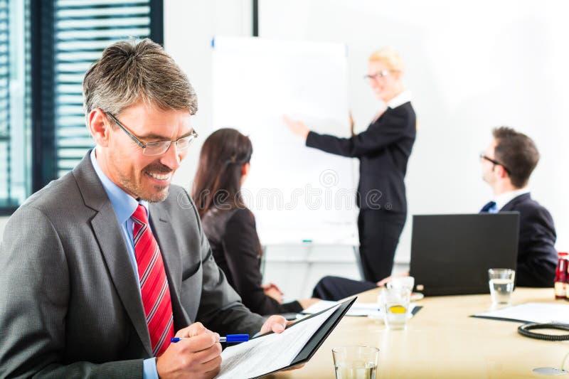 Zaken - het zakenlui heeft teamvergadering stock foto