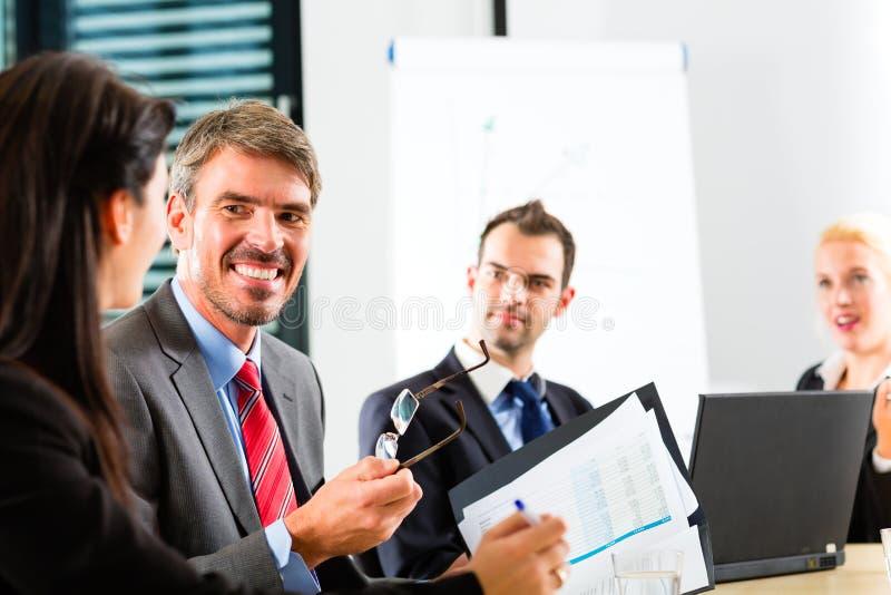 Zaken - het zakenlui heeft teamvergadering stock foto's