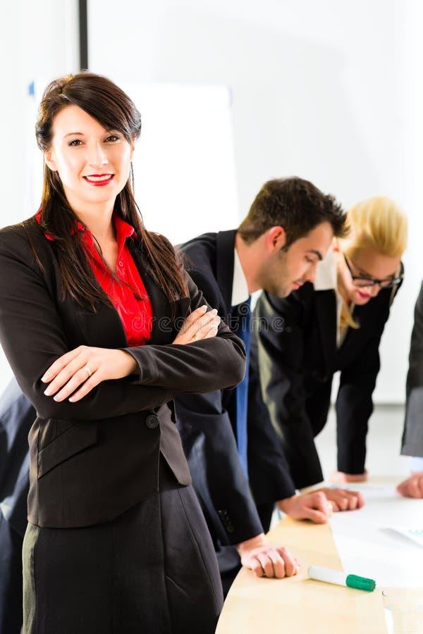Zaken - Mensen in bureau die als team werken royalty-vrije stock afbeeldingen