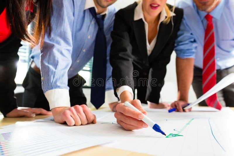 Zaken - Mensen in bureau die als team werken stock foto