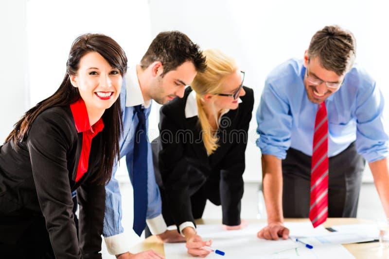 Zaken - Mensen in bureau die als team werken stock afbeeldingen