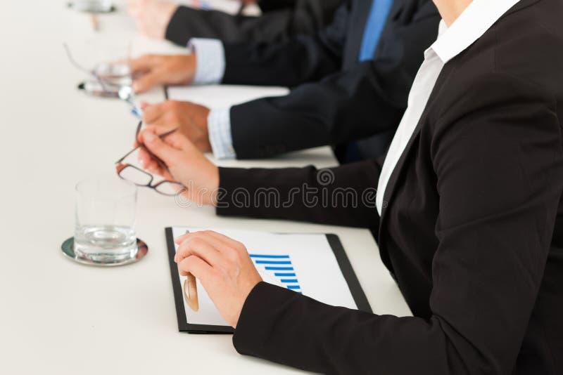 Zaken - mensen die in een vergadering zitten royalty-vrije stock afbeeldingen
