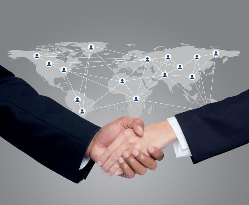 Zaken met mensen die handen met een globale mededeling schudden royalty-vrije stock afbeeldingen