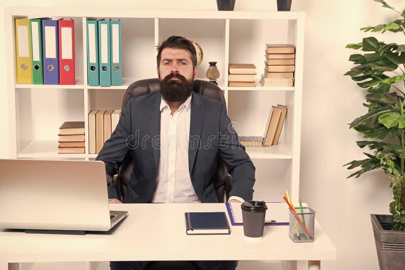 Zaken Moderne Zakenman Gebaarde mens Rijpe hipster met baard Mannelijke manier in bedrijfsbureau Zekere brutaal stock afbeelding