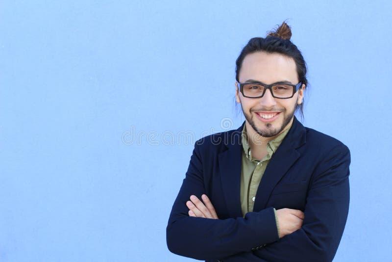 Zaken, opstarten, inspiratie en mensenconcept - gelukkige Mediterrane mens met baard en haarbroodje Exemplaarruimte op de linkerz stock afbeelding
