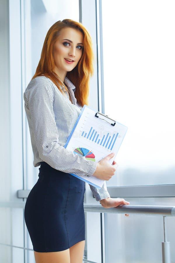 Zaken Portret van Bedrijfsvrouw met Rood Haar Jonge Vrouw 15 stock afbeelding