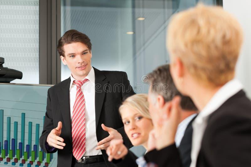 Zaken - presentatie binnen een team stock afbeeldingen