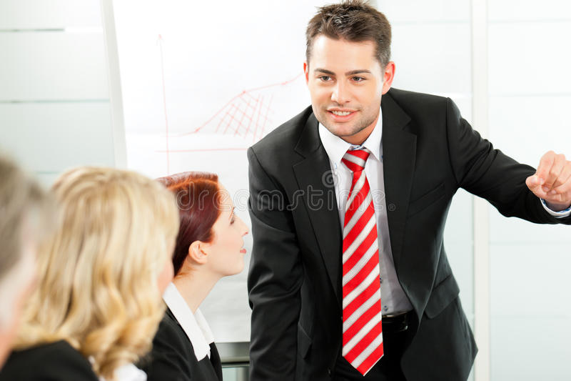 Zaken - presentatie binnen een team stock afbeelding