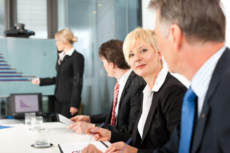 Zaken - presentatie binnen een team stock foto