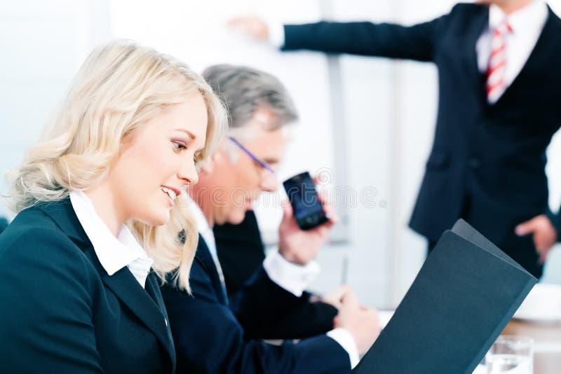 Zaken - presentatie binnen een team in bureau stock foto's
