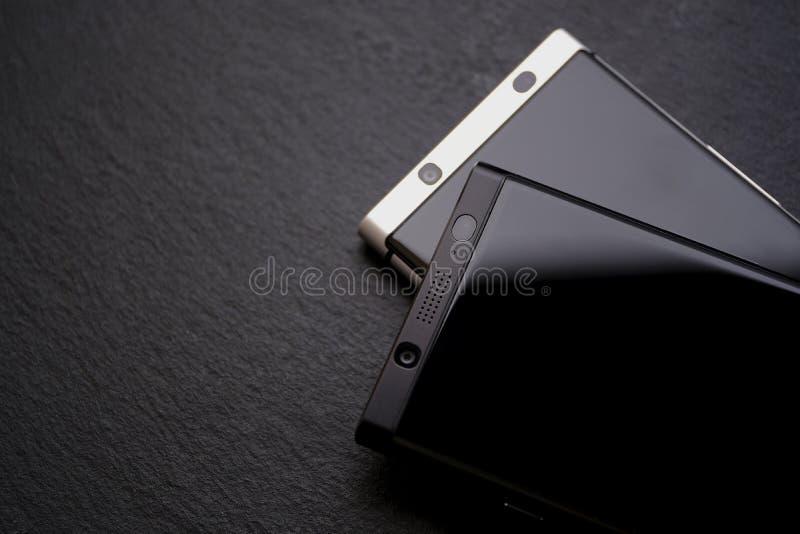 Zaken smartphones op zwarte stock afbeelding