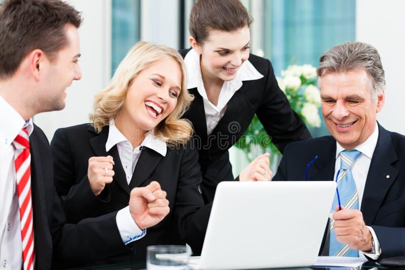 Zaken - succesvolle vergadering in een bureau stock foto