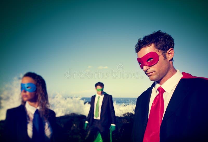 Zaken superheroes op het Concept van het strandvertrouwen stock afbeeldingen
