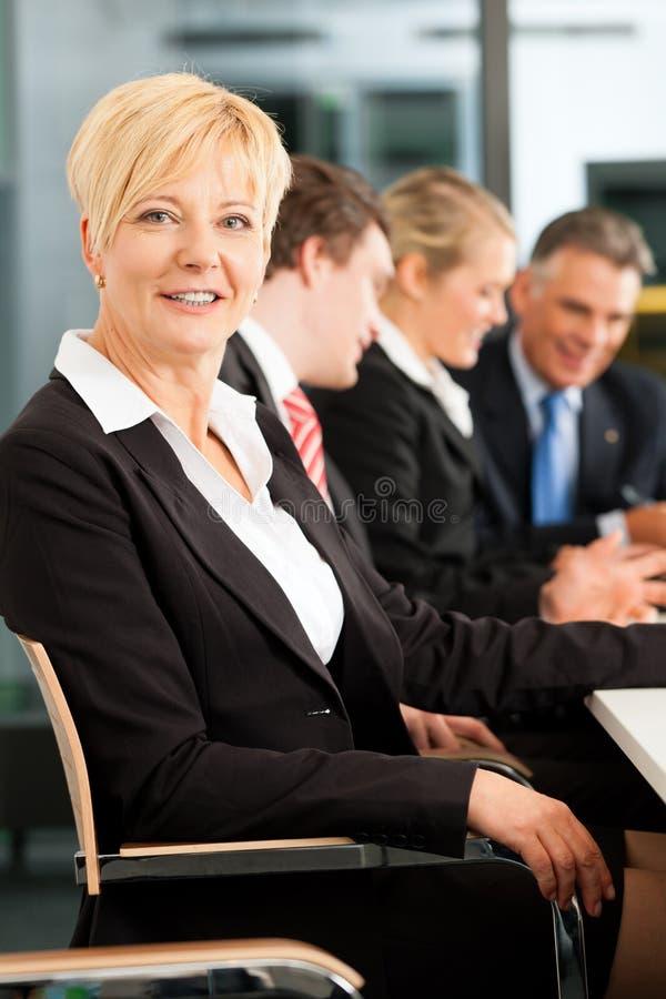 Zaken - team in bureau stock foto