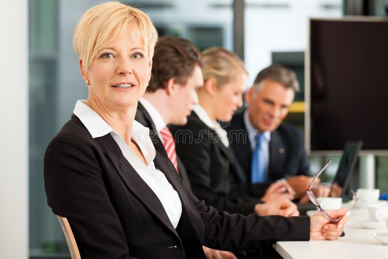 Zaken - team in bureau royalty-vrije stock afbeeldingen