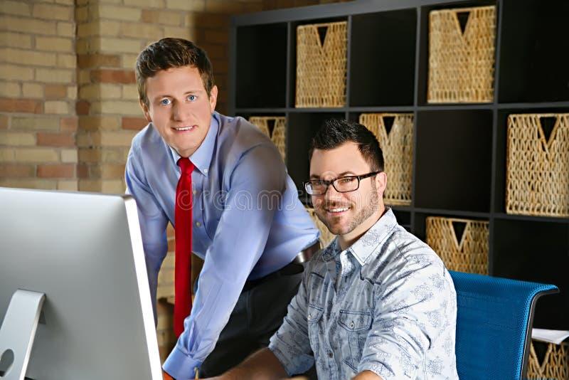 Zaken Team Creative Web Designer en Projectleider Discussion bij Computer stock foto