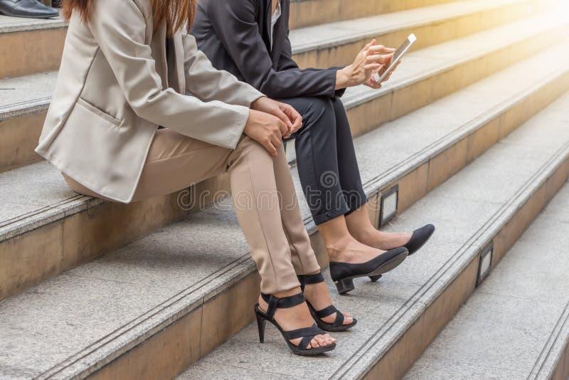 Zaken-team die aan smartphone bij stadsachtergrond werken, Succespartners die op vergadering werken stock afbeeldingen