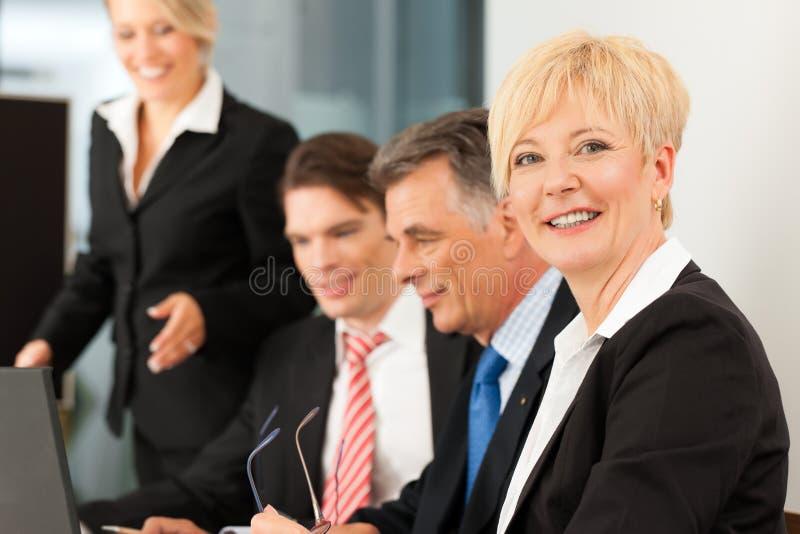 Zaken - teamvergadering in een bureau stock fotografie