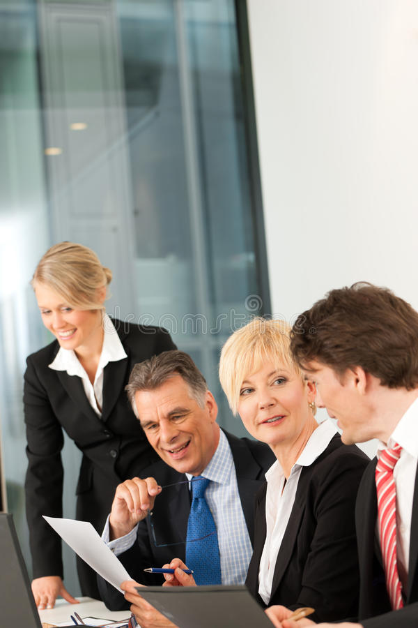 Zaken - teamvergadering in een bureau stock afbeeldingen