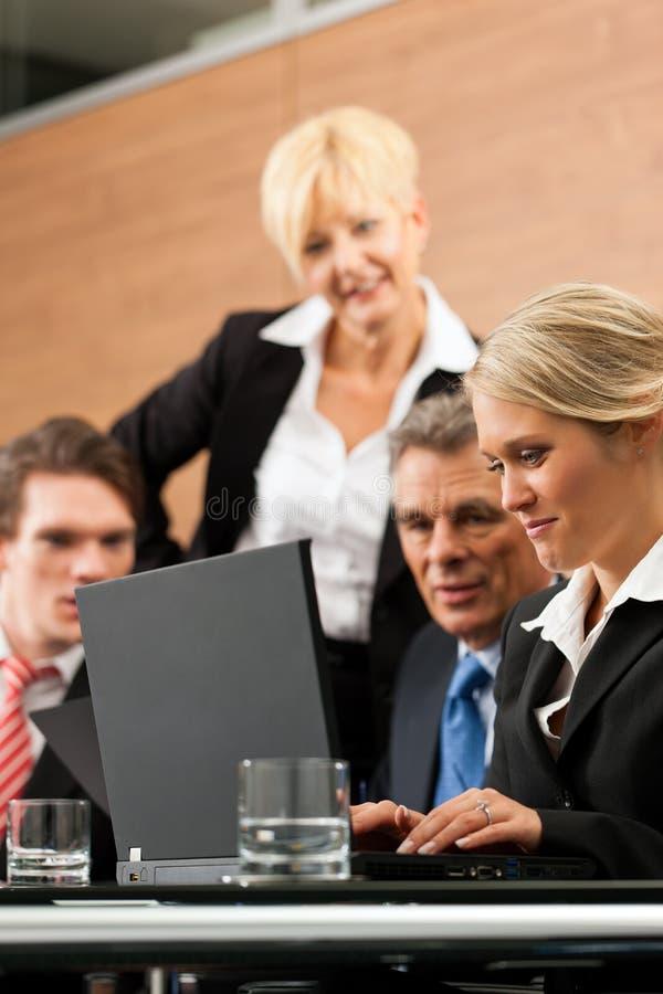 Zaken - teamvergadering in een bureau royalty-vrije stock fotografie