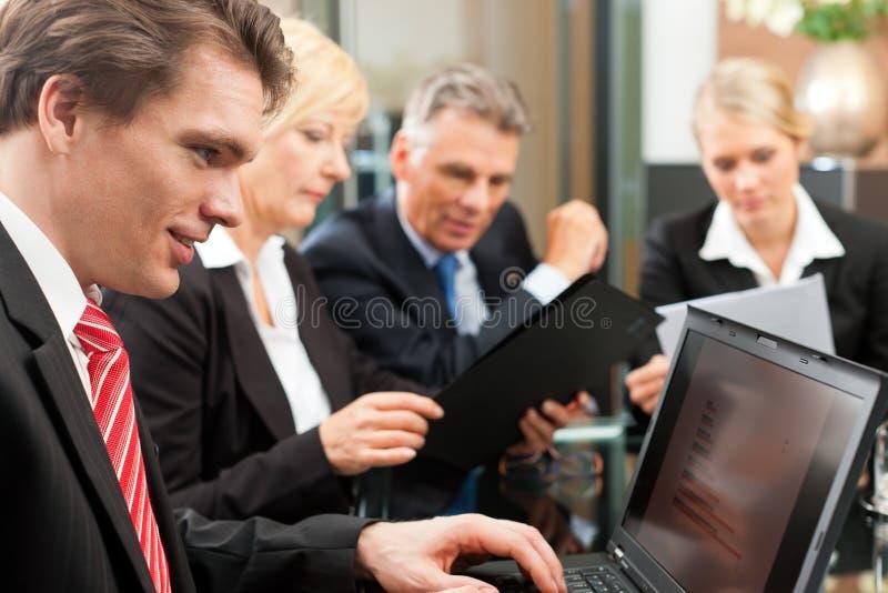 Zaken - teamvergadering in een bureau royalty-vrije stock afbeelding